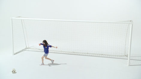 一生懸命練習したというボールさばきを披露する篠原涼子/「ソニー」新CM
