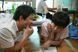 【第63回カンヌ国際映画祭】【第63回カンヌ国際映画祭】「ある視点賞」に選ばれた『ハハハ』の一場面。主演のキム・サンキュン(左)とムン・ソリ(右)
