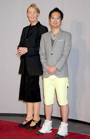 NHK大河ドラマ『龍馬伝』の取材会に出席した(左から)リサ・ジェラルド、佐藤直紀 (C)ORICON DD inc.