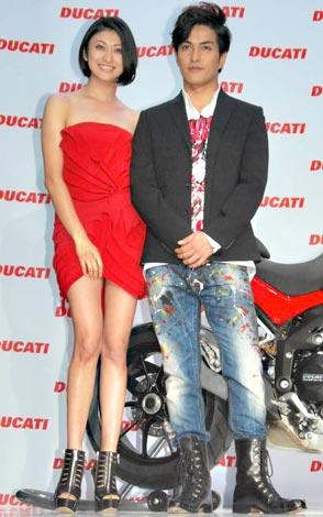 『ムルティストラーダ1200』日本発売記念イベントに出席した(左から)山田優、北村一輝 (C)ORICON DD inc.