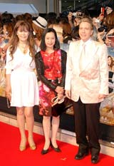 映画『SEX AND THE CITY2』のジャパンプレミアに出席したデーブ・スペクター夫妻と藤田紀子