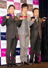 ソニー・エリクソン新携帯電話の新CM発表会に出席した小栗旬(中央)