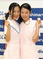 双子の現役看護師ユニットMariEri。左が姉のMari、右が妹のEri(C)ORICON DD inc.