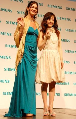 シーメンス補聴器新製品&CM発表会に出席した(左から)シャーニー・ジェビア、相田翔子 (C)ORICON DD inc.