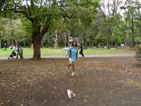 """『Chiyoda×Tokyo graffiti お天気ガールズ』で""""靴飛ばし""""を行う女の子"""