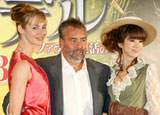 映画『アデル ファラオと復活の秘薬』の記者会見に出席した(左から)ルイーズ・ブルゴワン、リュック・ベッソン監督、ほしのあき