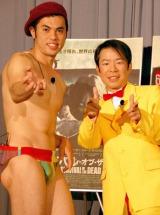 映画『サバイバル・オブ・ザ・デッド』の公開記念イベントに登場した(左から)小島よしおとダンディ坂野 (C)ORICON DD inc.