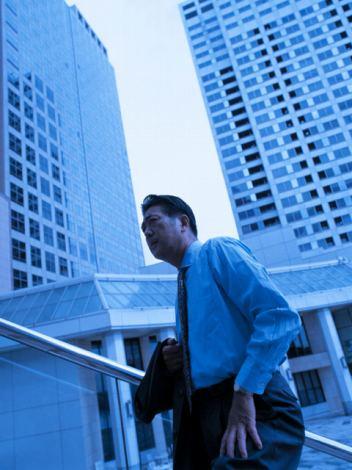 レイクが8日に発表した「サラリーマンの小遣い調査」によると、小遣い月平均額は前年比5000円減の月4万600円に