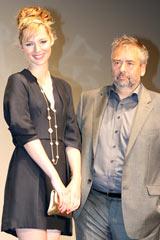 映画『アデル ファラオと復活の秘薬』のプレミア試写会で舞台あいさつを行ったリュック・ベッソン監督(右)と主演女優のルイーズ・ブルゴワン