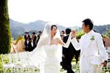 米カリフォルニア州ナパバレーのワイナリーで挙式で手を取り合い微笑み合う石田純一&東尾理子夫妻