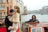 水の都ベニスの美しい街並みを背景に、気品あふれる表情をみせるアンジェリーナ・ジョリーと、その姿をボート上で温かく見守るジョニー・デップ 映画『ツーリスト(原題)』より