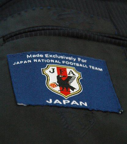 スーツの内側にはサッカー日本代表のエンブレムが縫いこまれている
