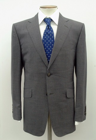 【2006年】ドイツW杯開催年のスーツは、ブルーを基調にした色でデザインされたサッカーボールとピッチがモチーフのネクタイが特長(※販売終了)