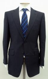 【2007年】イビチャ・オシム監督の年。シングルの2つボタンジャケットにジャパンブルーのストライプがアクセントとなったネクタイ(※販売終了)