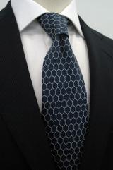ネイビー地にゴールネットをモチーフにしたデザインをあしらったネクタイ