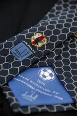 ネクタイの裏には日本代表エンブレムとダンヒルのロゴが
