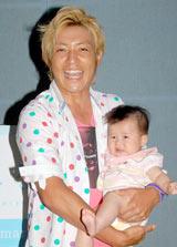 赤ちゃんを抱え笑顔を浮かべたつるの剛士 (C)ORICON DD inc.