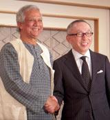 バングラデシュでの合弁会社設立を発表した(左から)ムハマド・ユヌス総裁と柳井正社長 (C)ORICON DD inc.