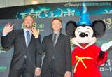 映画『魔法使いの弟子』のスペシャルプレビューイベントに出席した(左から)ニコラス・ケイジ、プロデューサーのジェリー・ブラッカイマー、ミッキーマウス
