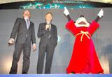 """映画『魔法使いの弟子』のスペシャルプレビューイベントで""""魔法""""をかけるミッキーマウス(右)"""