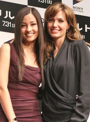 映画『ソルト』プロモーションのため1年半ぶりに来日したアンジェリーナ・ジョリー(右)と、来日会見にゲスト出演した黒木メイサ (C)ORICON DD inc.