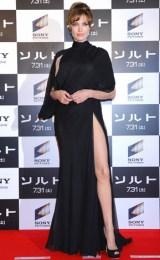 主演映画『ソルト』ジャパンプレミアイベントに大胆なスリット入りドレスで登場したアンジェリーナ・ジョリー