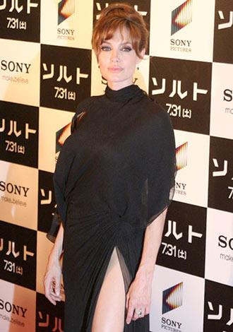主演映画『ソルト』ジャパンプレミアイベントに大胆なスリット入りドレスで登場したアンジェリーナ・ジョリー (C)ORICON DD inc.