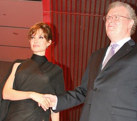 アンジェリーナ・ジョリーが主演映画『ソルト』ジャパンプレミアイベントに出席、ソニーのハワード・ストリンガー会長が出迎えた (C)ORICON DD inc.