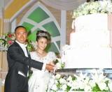 結婚披露宴で幸せいっぱいの笑顔でケーキ入刀を行った市川海老蔵&小林麻央夫妻 (C)ORICON DD inc.