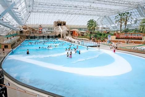 猛暑日が続く今年の夏、プール施設は前年を上回る来場者数に(写真提供:東京サマーランド)