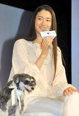 パナソニック ナノイー搭載『新・空気清浄機』のプレスレセプションに出席した小雪と実姉・弥生の愛犬ロクちゃん