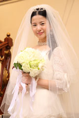 映画『婚前特急』より 吉高由里子の初ウエディングドレス姿 (C)『婚前特急』フィルム・パートナーズ