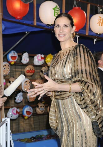"""ジュリア・ロバーツが主演映画『食べて、祈って、恋をして』のジャパンプレミアイベントに参加、縁日など日本の""""夏祭り""""を再現した会場に大喜びしたジュリア・ロバーツ"""