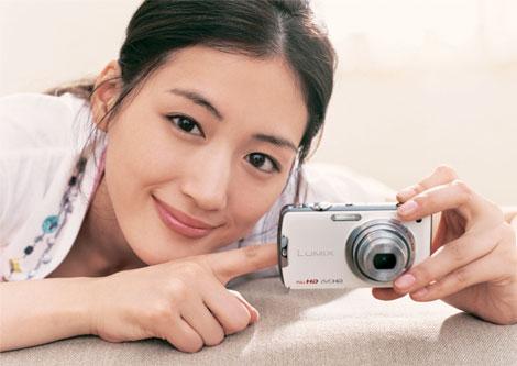 笑顔が印象的な綾瀬はるか/『LUMIX』新イメージキャラクターを務める