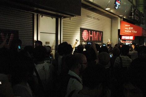 店の前はシャッターが下りる瞬間を見守るファンでいっぱいに (C)ORICON DD inc.