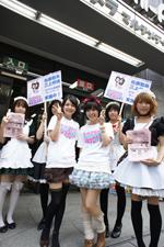 秋葉原のメイドとともに中央通りを練り歩いた佐藤聡美(右)と三上枝織(左)
