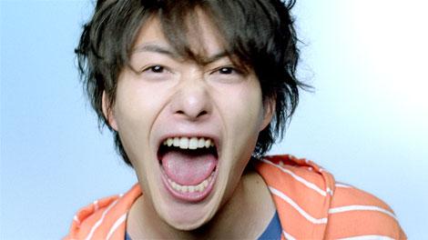 まるで別人かのような表情を見せる岡田将生/『PIXUS』新CM