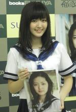 写真集『登校日』発売記念イベントを行った鈴木愛理。