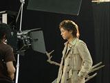 キリッとした表情で撮影に臨むTAKAHIRO/『明治ミルクチョコレート』(明治製菓)新CMメイキングカット