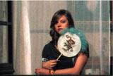 映画『ブロンド少女は過激に美しく』より 窓辺に立つルイザ (C)FILMES DO TEJO II、LES FILMS DE L'APRES-MIDI、EDDIE SAETA SA、2009