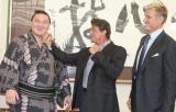 映画『エクスペンダブルズ』のPRで来日し、大相撲観戦にでかけ、横綱白鵬(写真左)の優勝を見届けたシルベスター・スタローン(写真中央)とドルフ・ラングレン (C)ORICON DD inc.
