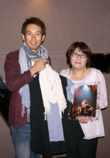 馬場俊英が『研音グループ 第5回チャリティーオークション』に初参加、出品したツアー衣装とサイン入り写真を落札者に直接手渡した