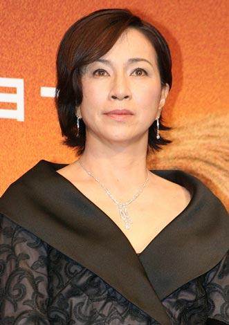 黒い衣装の原田美枝子