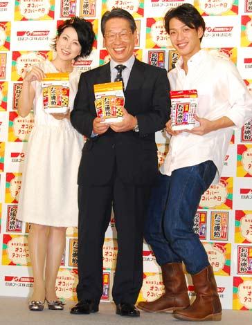 毎月第3土曜日「オコパー・タコパーの日」制定記念式典に出席した西村知美(左)と瀬川亮(右) (C)ORICON DD inc.