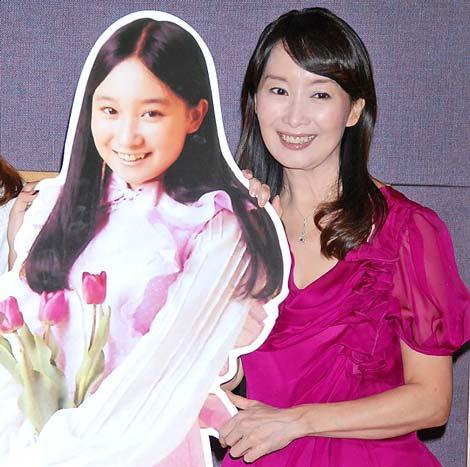 ローラ・チャンデビュー曲「ひなげしの花」公開レコーディングに参加したアグネス・チャン(右)と当時のアグネスのパネル (C)ORICON DD inc.