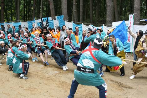 24日、兵越峠で行われた静岡県浜松市と長野県飯田市の『峠の国盗り綱引き合戦』の様子