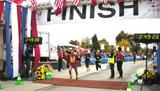 """北米唯一の""""国境越え""""フルマラソンに挑戦、完走する猫ひろし"""