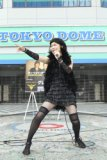 東京ドームのゲート前で熱唱する椿鬼奴