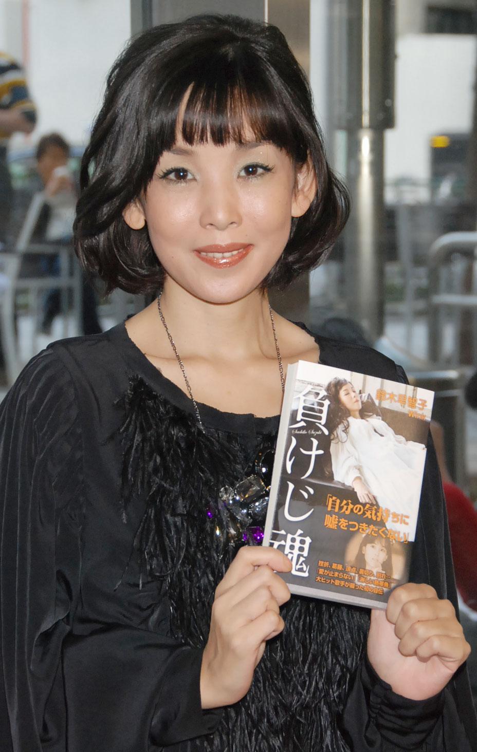 初の自叙伝『負けじ魂』(光文社)発売記念イベントを行い、芸能活動を再開した鈴木早智子