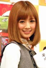 『カーセブン』の贈呈式イベントで、交際中のヘアメークアーティスト・菊地勲さんからのプロポーズを快諾したことを明かした小倉優子 (C)ORICON DD inc.